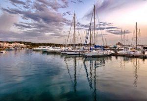barche-in-porto-al-tramonto
